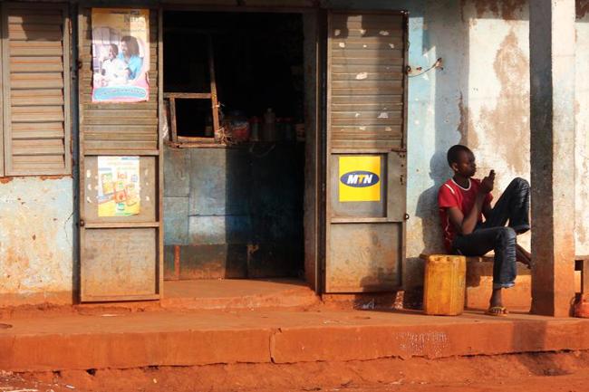Un jeune homme au téléphone au Cameroun en janvier 2011 cc Carsten ten Brink