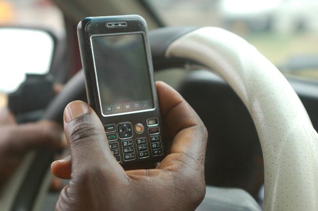 Un homme montre son téléphone au Ghana en 2009 cc Erik Hersman