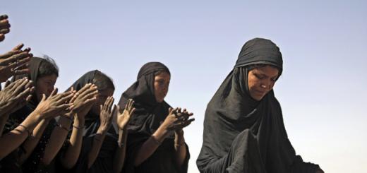 Des femmes dansent dans le désert malien en 2007.