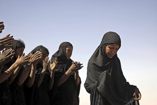 Des femmes dansent dans le désert malien en 2007 cc Emilia Tjernström