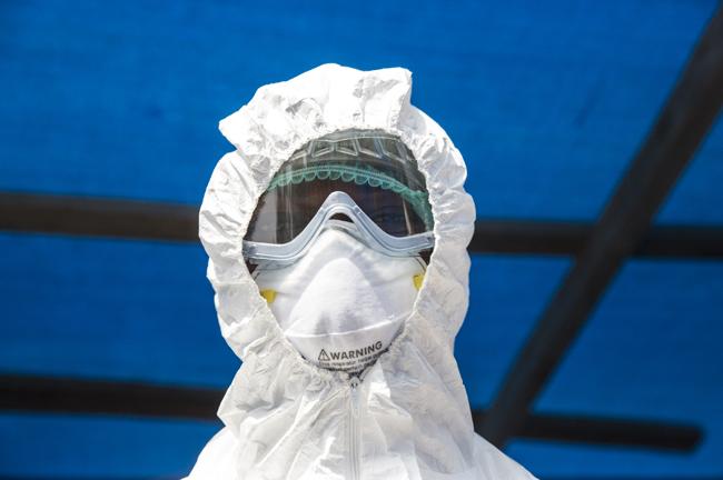 Un technicien de laboratoire en Sierra Leone cc UNP