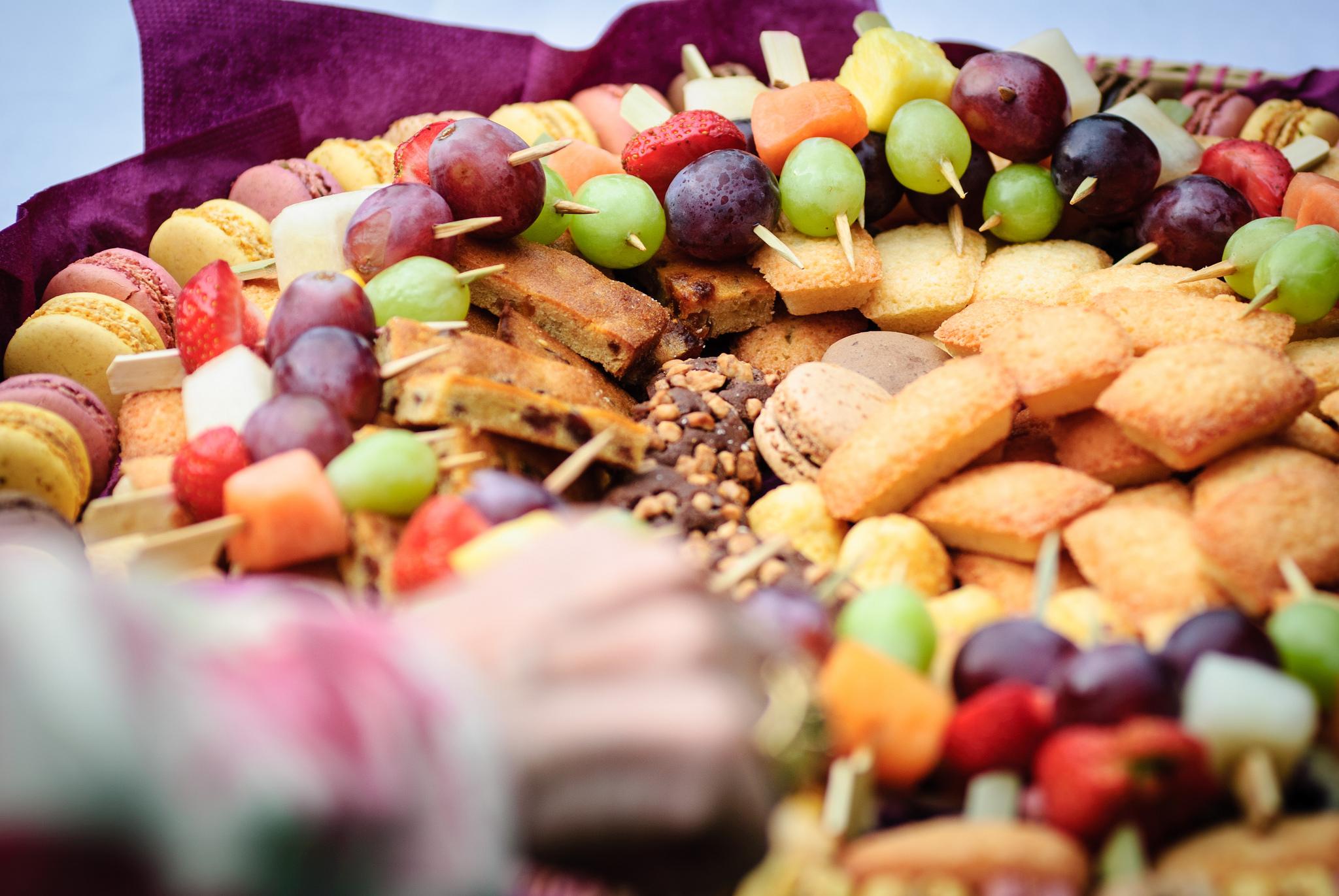 Plats sucrés sur la table d'un buffet. Crédit photo : cc Jérôme.