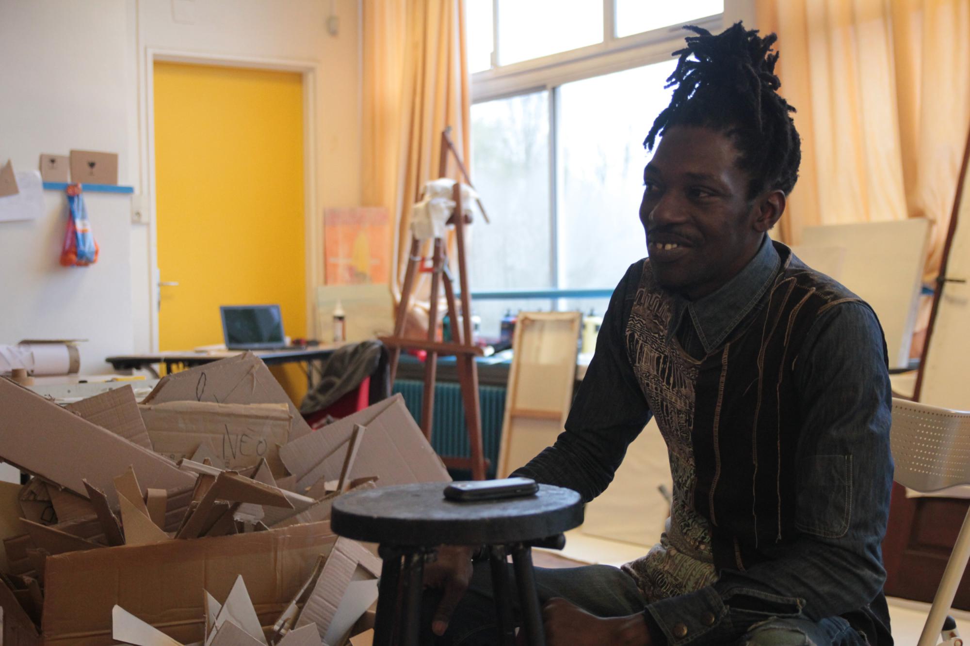 L'artiste sénégalais Amadou Tounkara en résidence à Nantes pour le festival Palabres Urbaines. Crédit photo: Hugo Philippon.