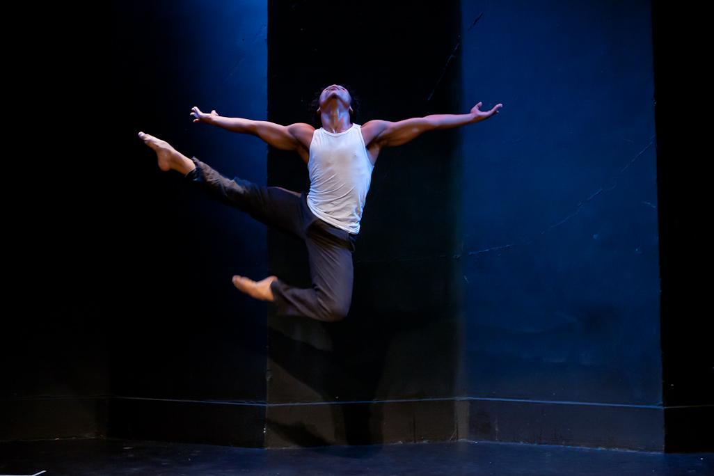 """Mbulelo Ngubombini, danseur sud africain représentant l'apartheid, membre de la compagnie """"Ikapa dance theatre"""". Crédit photos: Deryck Van Steenderen."""