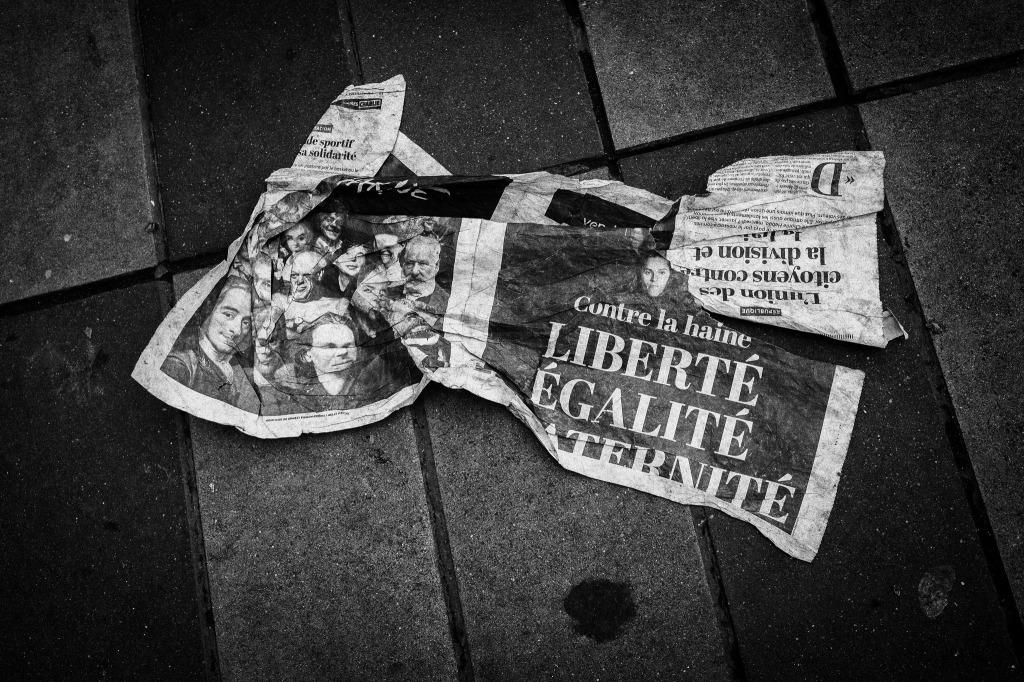 Un journal froissé dans les rues de Paris CC John Perivolaris
