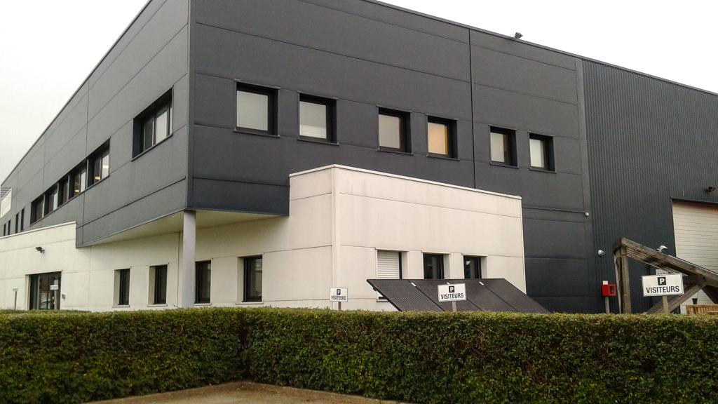 Vu de l'extérieur, les bureaux et la chaîne de fabrication de Systovi © Aurélie Coinsmann